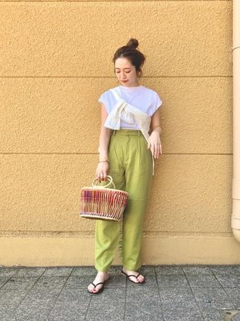 白&グリーンの爽やかな着こなしに、暖色系カラーのバッグをプラス。バッグの色がグラデーションになっていて、全体とうまく馴染んでいます。