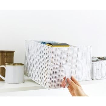 取っ手が付いた引き出し型のカゴ。同じ種類で揃えれば統一感も出ますし、取っ手があると高い場所でも収納をしやすくなります。