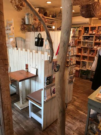 店内には美味しいコーヒーなどが楽しめるカフェと、全国のハンドクラフト作家の作品を展示販売するギャラリーが併設され、モノづくりワークショップの開催も行っています。