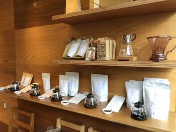 店内では、こだわりのコーヒー豆を購入することができます。豆に詳しくない方でも、スタッフさんにコーヒーに関する疑問、質問を気軽に相談することができるのもいいですね。また、こちらでは定期的に無料の試飲会が行われたり、家で美味しいコーヒーを飲むためのワークショップなどが開催されていますよ。
