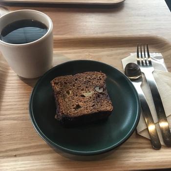 2Fにテーブル席がありますので、もちろんお店でも美味しいコーヒーを飲むことができます。ハンドドリップやエスプレッソ、ラテで提供されるコーヒーは、一杯一杯丁寧に淹れられています。コーヒーのお供には、ペストリーや和風味のクッキー、タルトやパウンドケーキなど、その日のコーヒーに合わせた数種類から選ぶことができますよ。
