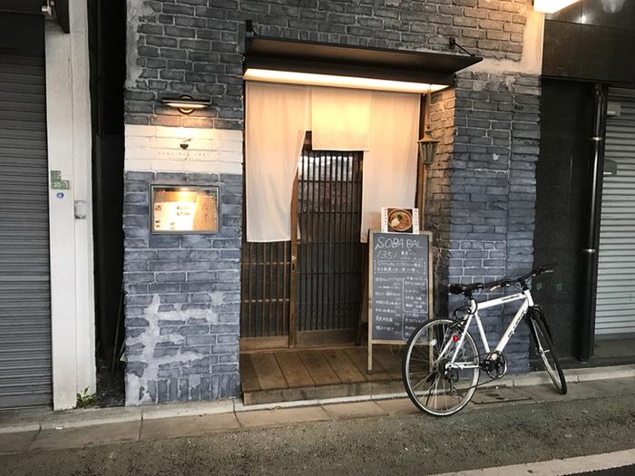 栄通り商店街にある「三軒茶屋 蕎麦バル1351(イチサンゴーイチ)」は2016年にオープンした蕎麦バル。お酒と蕎麦を楽しめるお店ですが、テイクアウトのお蕎麦も評判なんですよ。