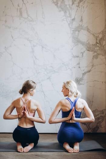 肩甲骨まわり、凝っていませんか?ほぐすことで期待できること&緩和ストレッチをご紹介