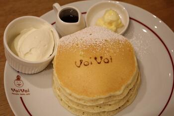 名物は「クラシックバターミルクパンケーキ」です。オーナーがを独自の配合で完成させた生地は、ふわふわでもっちり。熟練のスタッフがオーダーを受けてから粉を混ぜ、専用の鉄板で焼き上げます。シンプルなおいしさを存分に味わえますよ。