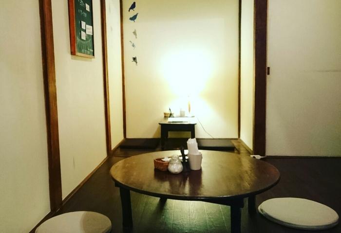 三軒茶屋駅から徒歩5分ほどの路地裏にある「ゆうじ屋」は、古民家をリノベーションしたカフェです。1階はカウンター席、2階は靴を脱いであがるお座敷スタイル。ちゃぶ台がレトロで懐かしい雰囲気ですね。