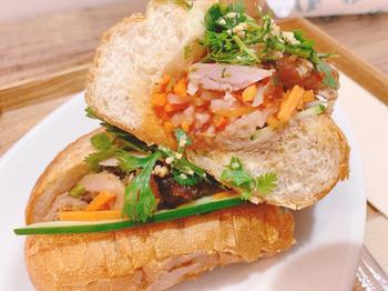 にんじんや大根、パクチーなど食感や香りの異なる野菜がたくさん食べられるのも、バインミーの魅力です。月替わりのスープやドリンクとのセットもあるので、ランチにいかがですか?