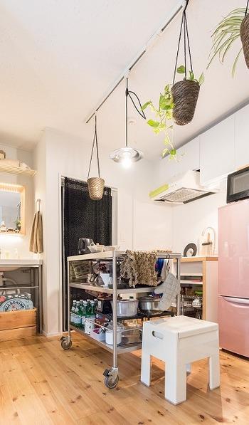 壁付けキッチンの場合、作業スペースが足りないとお困りの方も多いのではないでしょうか。  そんな省スペースなキッチンにおすすめなのが、天板の広い大きめワゴンの設置です。下段や中段には、重たくてかさばりがちな調理器具や調味料のストックを置き、最上段は広々とした作業スペースとして活用します。収納も作業スペースも一緒に手に入り、まさに一石二鳥です!