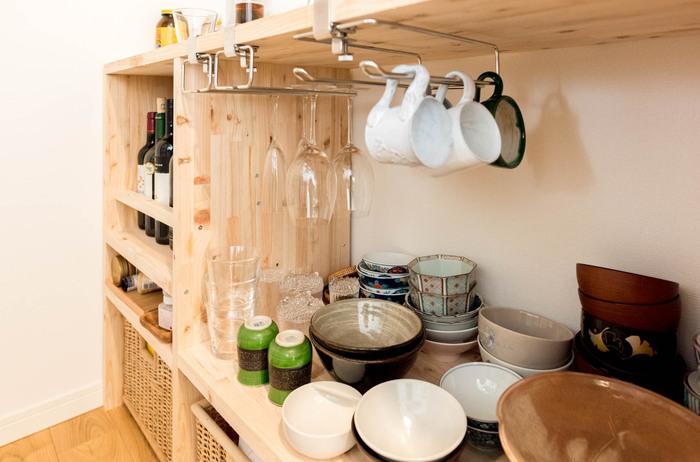 スタッキングできないマグカップやワイングラスは、吊るして収納してみましょう。多少、水分が残っていても、収納しながら乾かせるので嬉しいですよね。