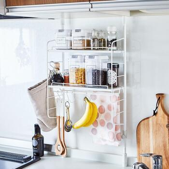 こちらの突っ張りラックは、吊戸棚下のデッドスペースを手軽に収納スペースにできるアイテムです。 突っ張るだけで設置できて工具が要らないので、取り入れやすいのも魅力。木べらや調味料など、毎日よく使うものをまとめて置いておけば、家事の効率もグンとアップしますよ。調理台のスペースを潰さずに済むので、作業もしやすくて◎