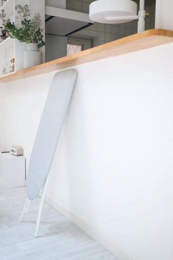 簡単に折りたためて、こんなにスリムに。これなら場所を取らずに、壁の隙間などちょっとした空きスペースにも収納できそうですね。