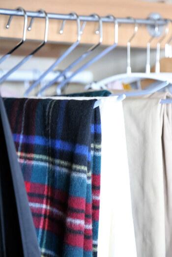 スラックスだけでなく、デニムパンツやスカートなどのボトムス類。ストールなどの小物を掛けるのにも重宝します◎ハンガーを掛けたままでも衣類を取ることもできるので使いやすくて便利です。