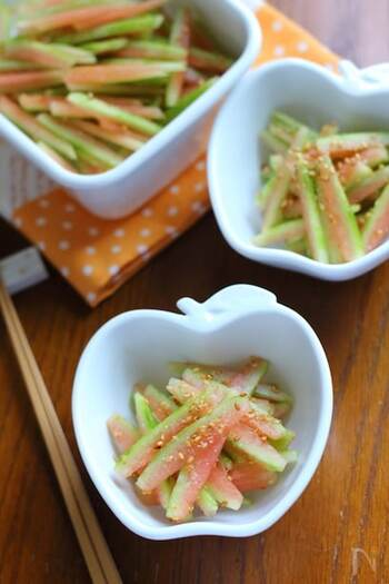 こちらのアレンジレシピは、細切りにしたすいかの皮を調味料と和えるだけの簡単レシピ。爽やかな緑と、すこし残ったすいかの身の赤がきれいなコントラスト。食卓をより鮮やかに飾りますよ。
