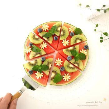 大きなすいかを大胆に輪切りにして、ピザ生地のように見立てたスイーツレシピ。いろいろなフルーツを盛り付けてかわいくデコレーションしましょう。インスタ映え抜群な一品でパーティにもぴったりです♪
