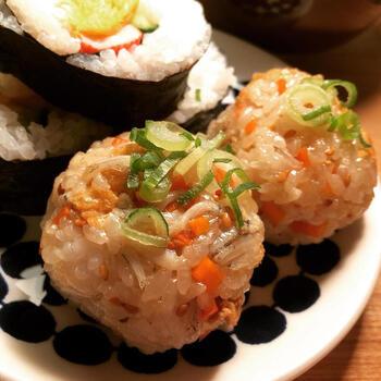何気ないおにぎりも、白魚を加えるだけでご馳走感がアップ!身近な食材と調味料ばかりで作れるので、白魚をゲットしたらぜひチャレンジしてみましょう。  晩御飯やお弁当はもちろん、お花見やお出かけ用のおにぎりとしてもおすすめです。