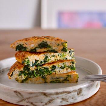 お弁当のおかずとしてもおすすめ!白魚とちぢみほうれん草を具材に使用した栄養たっぷりの一品。いつもの玉子焼きやオムレツに変化を付けたい人にもぴったりです。 パルミジャーノを加えることで、コクと旨みをアップ。一品で野菜とお魚の栄養分を摂取できるのも魅力です。