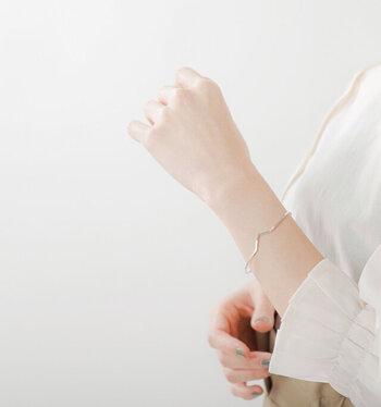シンプルで細身のスリムバングルに、さりげないワンアクセントのV字デザインをプラスしたアイテム。繊細な細バングルは、手首をほっそりと美しく見せてくれる効果も期待できます。1本で付けるのはもちろん、重ね付にもぴったり。素材はシルバー925です。