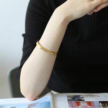 スウェーデン王室御用達の真鍮メーカー「SKULTUNA(スクルツナ)」が作った、シンプルなデザインのバングルです。ムダのないベーシックなデザインは、デイリーコーデの格上げにもぴったり。素材はスチールで、ゴールド以外にもシルバーやローズゴールドなどのカラー展開があります。