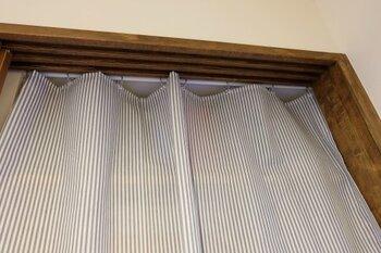 カーテンの幅が合わない場合は、クリップを挟む位置を調整すればOKです。