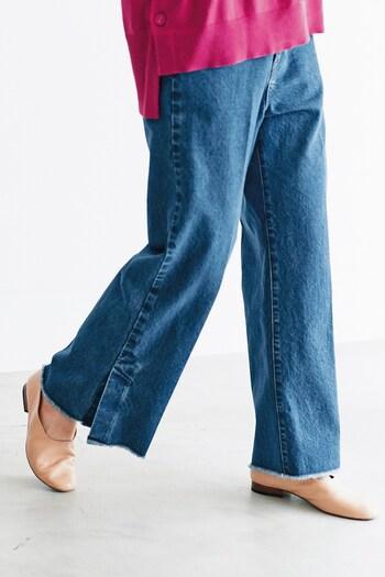 どんなトップスと合わせてもOKな、ウォッシュ感のあるワイドデニムパンツ。切りっぱなし風の裾やサイドのスリットが、シンプルになり過ぎないワンアクセントをプラスしてくれます。