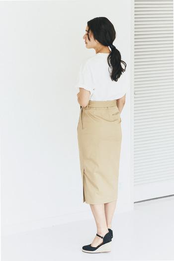 伸縮性のある素材で、Tシャツやカットソーにもカジュアルに合わせられるタイトスカート。サイドにさりげなくスリットを入れているので、素足で着ても女性らしいスタイリングに仕上がります。