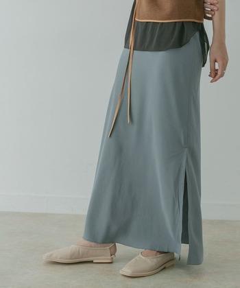 ほどよい光沢を感じさせる、キュプラライクな素材で仕上げたロングスカート。ストレートシルエットなので、どんなテイストにも合わせやすいのが特徴です。サイドに長めのスリット入りで、Tシャツを合わせるだけでもこなれ感を演出できる一枚ですね♪
