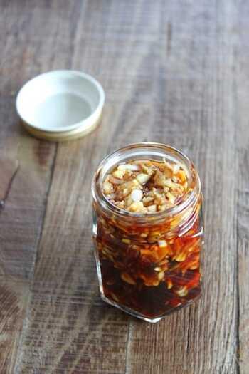 長ネギと生姜のシャキシャキ食感がたまらない!黒酢のほんのりとした酸味は主張し過ぎず、どんな食材にも合います。  生姜の刺激が苦手な場合は、すりおろして加えると少しマイルドな仕上がりになりますよ。 冷蔵庫で1週間ほど保存できます。