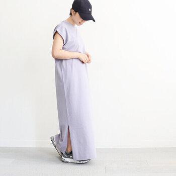 フレンチスリーブデザインで、暑い日にも涼しげに着こなせるマキシ丈のワンピース。裏地には細かいパイル地を採用し、暑い日にも快適に過ごせるよう仕上げています。サイドのスリットは深すぎない長さなので、ボトムスなしの素足でも安心して着用可能です。
