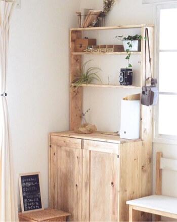 2つのカラーボックスを並べて扉を付ければ、大容量の1つのシェルフに。上の部分に飾り棚を付けて、インテリア小物を飾れるのもいいですね♪リビングやキッチンなど、いろいろな場所で活躍しそうです。