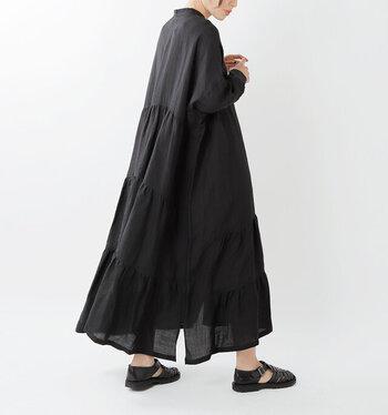 動くたびにふわりと揺れて、美しいドレープのラインを描き出すロング丈のシャツワンピース。裾の切り替えデザインとさりげないスリットが特徴で、羽織りとしても大活躍してくれます。ショートパンツや短めのスカートなどで脚が見えすぎるのが気になる方は、バックスタイルをしっかりと覆ってくれるのでぜひ活用してみてください。