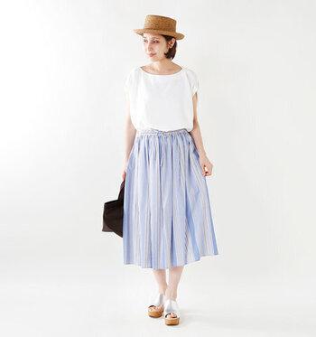 ミモレ丈のマルチストライプスカートは、白トップスをゆるくタックインしてナチュラルな印象に。白×青の爽やかなカラーリングは、暑くなるこれからの季節にもぴったりですね。足元はシルバーのサンダルで、程よいワンアクセントをプラスしています。