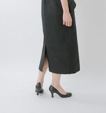 程よい抜け感を演出。「ミモレ丈スカート」でつくる大人の夏コーデ