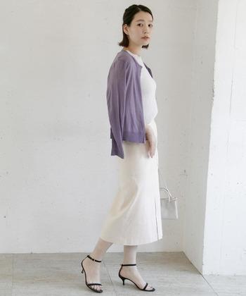 アイボリーのミモレ丈タイトスカートに、白系のトップスを合わせたコーディネート。肩から紫の薄手カーディガンを羽織ることで、白コーデにアクセントカラーをプラスしています。足元はヒールサンダルで、大人っぽさをアピール。