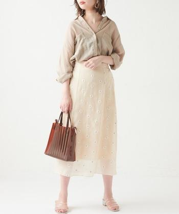 タイトシルエットのミモレ丈スカートは、マーガレットの刺繍が大人かわいい印象。透け感のあるシアーシャツをタックインして、トレンド感たっぷりなフェミニンコーデにまとめています。クリア素材のサンダルやバッグも、夏らしさをグッと高めてくれる重要アイテムです。