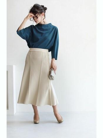 ニット素材が繊細な印象を与える、フレアシルエットのミモレ丈スカート。グリーンのトップスをタックインして、お呼ばれスタイルにもOKの上品コーデに仕上げています。バッグやパンプスもスカートと色味を合わせて、大人の女性にぴったりなコーディネートですね。