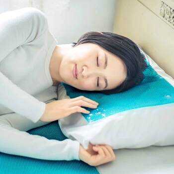 エアコンの冷風を当てておくだけで、冷たすぎず心地よい涼感が感じられるジェルマット。暑さで寝苦しい夜にぴったりです。冷蔵庫でさらに冷やすこともできるので、発熱時にもおすすめです。
