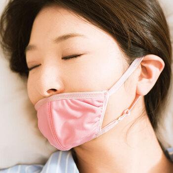 睡眠中に下あごを自然に支えてくれることで、口呼吸を防いでくれる優れもの。エアコンをつけたまま寝るときに、喉の乾燥防止として欠かせないアイテムです。