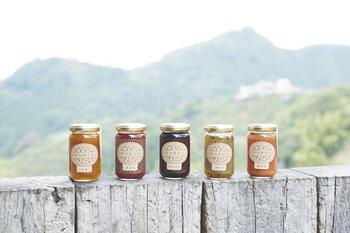 奈良県吉野にある、堀内果実園で栽培された果物を、丁寧に手摘みして仕上げた無添加のコンフィチュールです。「果物の美味しさをそのままに」という想いを込めて、果物とビート糖のみを煮詰めて作っているのが特徴。ジャムというよりは、フルーツソースのようなテイストなのでさまざまなシーンで活躍してくれます。