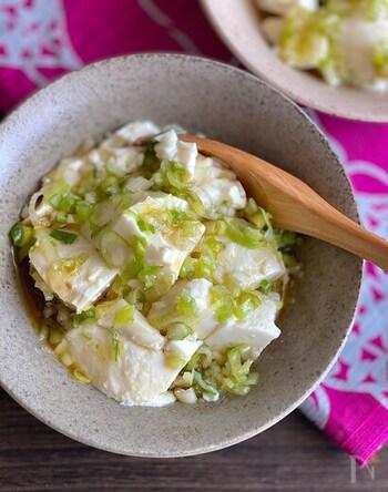 3分あれば作れる!体にもやさしい崩し豆腐のねぎ塩和えです。絹でも木綿でもお好きな豆腐で。豆腐の水切りをしっかりすることがポイント。手でちぎると味が染みやすくなります。お好みで刻んだザーサイを加えるのもおすすめ。