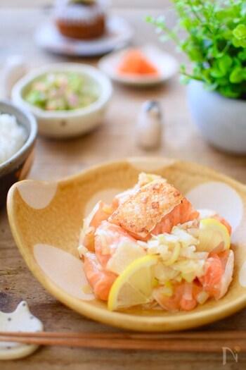 ご飯にも合う♪脂がのった鮭のハラミの部分をさっぱり塩レモン味でいただきます。鮭のうま味を吸ったねぎだけでも、ご飯が進むおいしさです。鮭によって塩の分量は調節してくださいね。