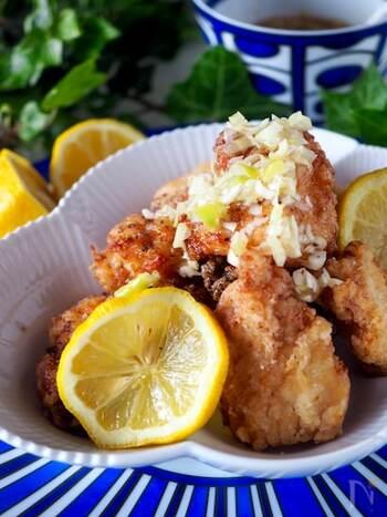 いつものから揚げにねぎ塩レモンだれをかけて。レモンの風味でさっぱりと食べられます。お好みでラー油を加えたピリ辛もおすすめ。味の変化を楽しみたいときにもぜひ試してみて。