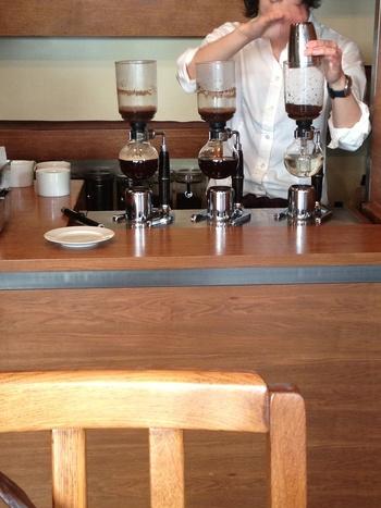 こちらのカフェでは、コーヒー本来の味わいをすっきりと表現できるように、サイフォン式抽出にこだわっています。淹れている様子を眺めながらのひとときも楽しみましょう。