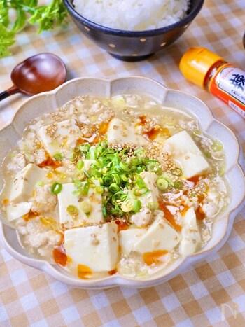 鶏ひき肉を使った、あっさり塩味の麻婆豆腐です。やさしいお味で食欲がない時にも食べられます。辛さが欲しい時は仕上げにラー油をかけて。子どもも喜ぶおいしさです。