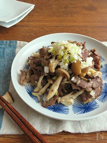 牛肉としめじのしぐれをいつもとは違うねぎ塩味で。フライパン1つで簡単に作れて洗い物も楽チンです。ねぎの食感を生かしたい場合は、少量を取り分けて生でトッピングしても◎お弁当のおかずやおつまみにもおすすめです。
