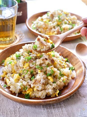 食材は3つだけ!シンプルな炒飯をねぎ塩味でおいしく簡単に。がっつり食べたいときにも食欲そそる味付けで、お腹も心も満たされます。男子や食べ盛りのお子さまにもおすすめ♪お好みでねぎを散らして召し上がれ。
