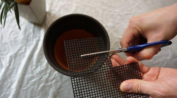 100均でも手に入る鉢底ネットは、プランターから土が流れたり害虫が入ったり、根腐れしたりするのを防いでくれます。底の穴を塞ぐサイズに切って使いましょう。