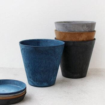 カラーは4種類、サイズは3種類から選べます。深みのある色合いが素敵!室内に飾る場合は、ソーサーとセットで使うのがおすすめです。