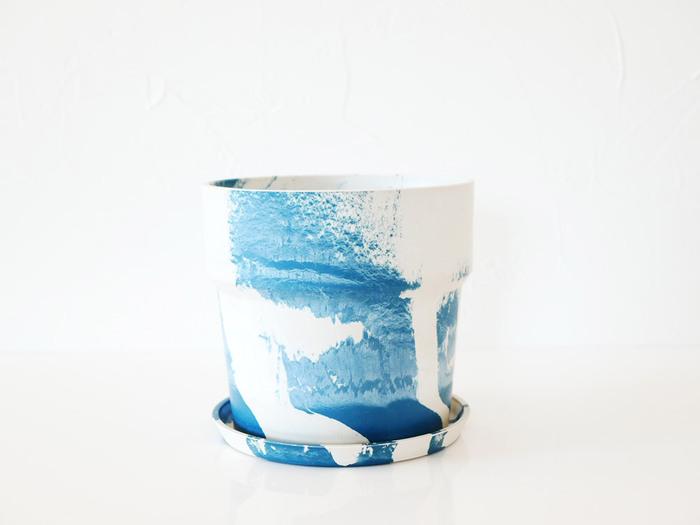 ホワイトとブルーのマーブル模様が芸術的なポットです。ミルク&ブルーベリーというネーミングも可愛い♪見る角度によって模様が変わるのが楽しいですよ。存在感があるので、部屋の印象を変えたい時におすすめです。