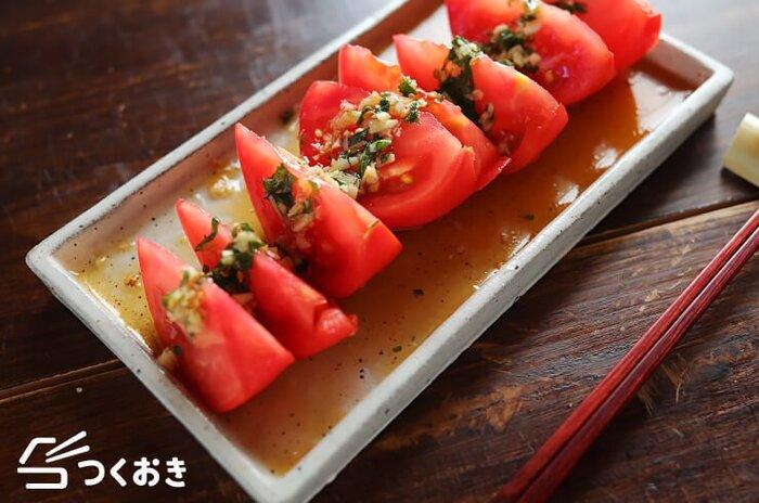 切ったトマトにレンジで作った自家製の特性ダレをかけるだけの超スピードレシピです。薬味のきいた甘酸っぱいタレがトマトと相性抜群。「あと一品」にぴったりの一品です。