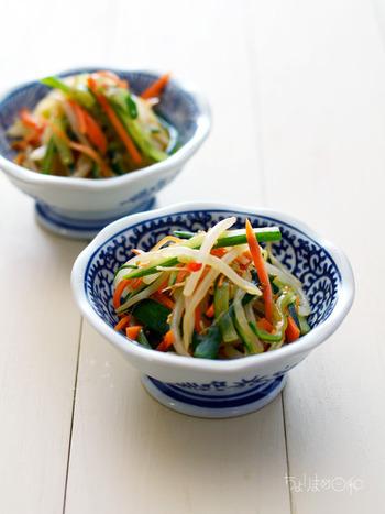 さっぱりと頂ける中華風サラダ。塩もみしたキュウリとニンジンに、レンジで加熱したもやしを調味料で和えるだけの簡単レシピです。お財布にも優しいところが嬉しいポイント!