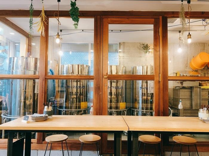 「Whim SAKE & TAPAS(ウィム サケ アンド タパス )」は、酒蔵にバルが併設された珍しいお店。ガラス越しに見える大きなタンクでは、どぶろくを醸造しているんですよ。どぶろくを飲む機会がない方は、ぜひ試してみませんか?